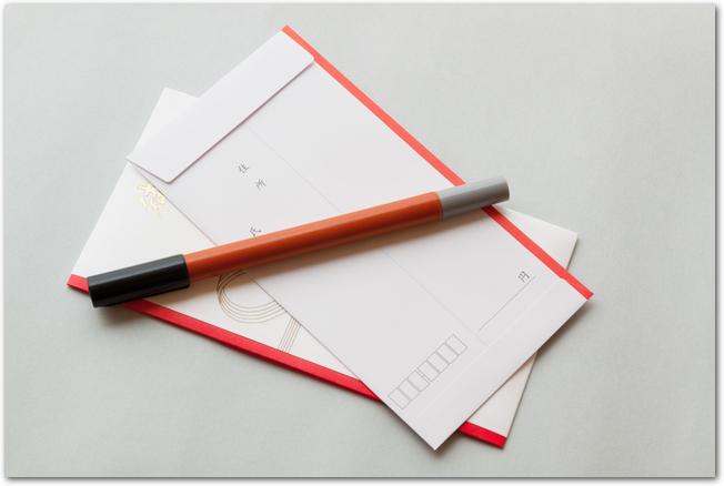 裏面を向いたのし袋の中袋と筆ペン
