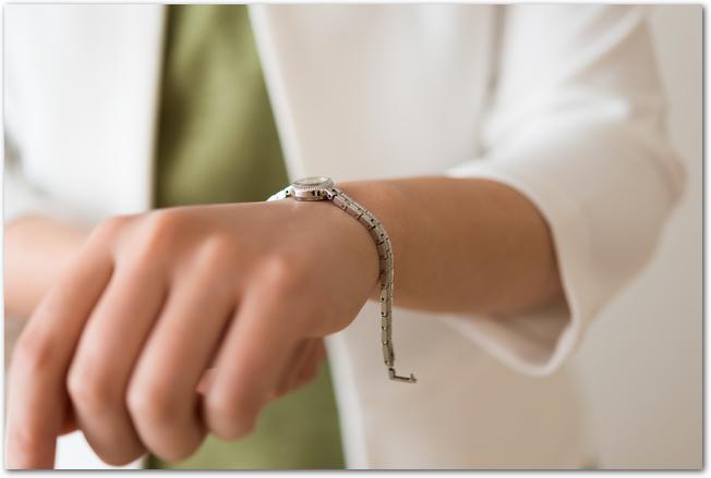 左手首に腕時計をはめる女性の様子