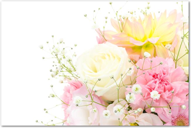 カーネーションやバラの入ったピンク系の花束