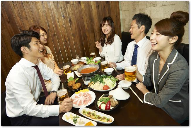 居酒屋での鍋を囲んだ飲み会のテーブルの様子