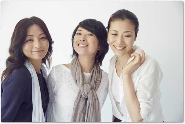 ストールを巻いた女性3人組
