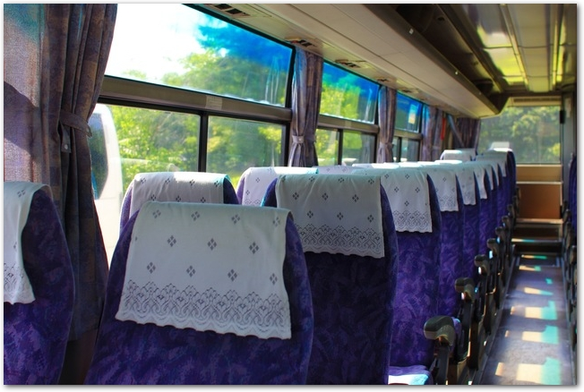 青いシートの観光バスの車内の様子
