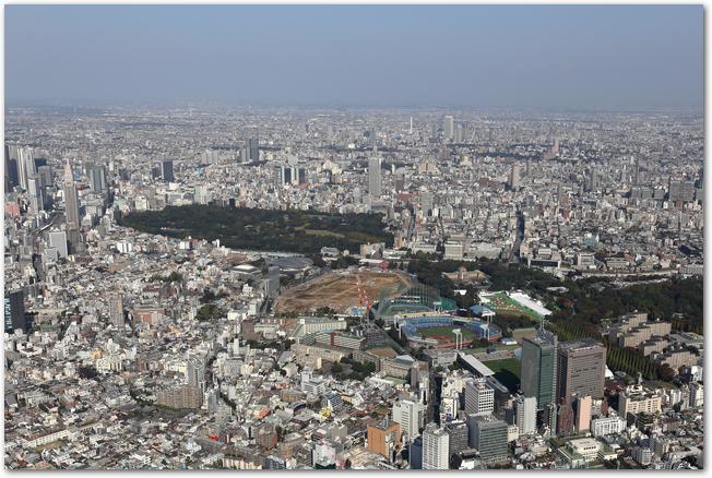 空から見た新宿御苑とその付近の街並み