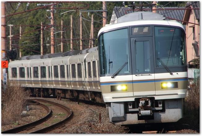 線路を走るJR嵯峨野線の車両の様子