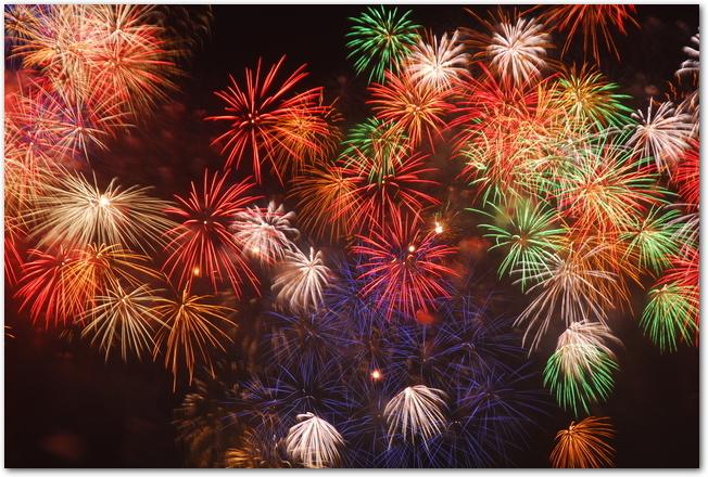 PL花火大会のたくさんのカラフルな打ち上げ花火の様子