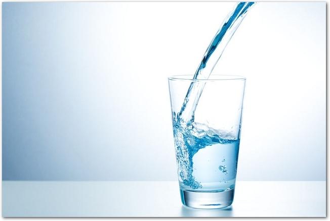 グラスに水が注がれている様子