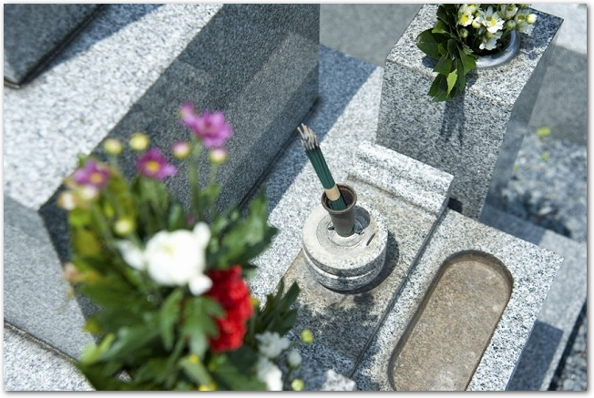 花と線香が供えられた墓石の様子