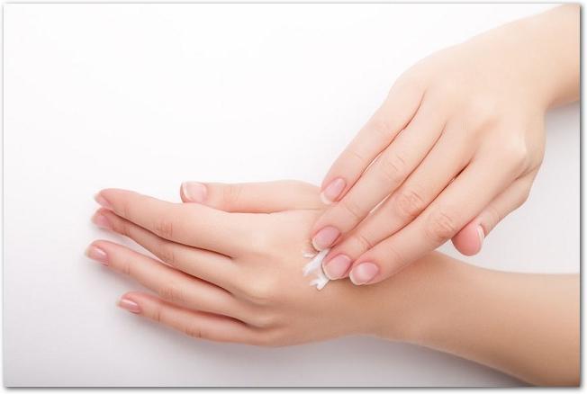 ハンドクリームを塗られている女性の手の様子