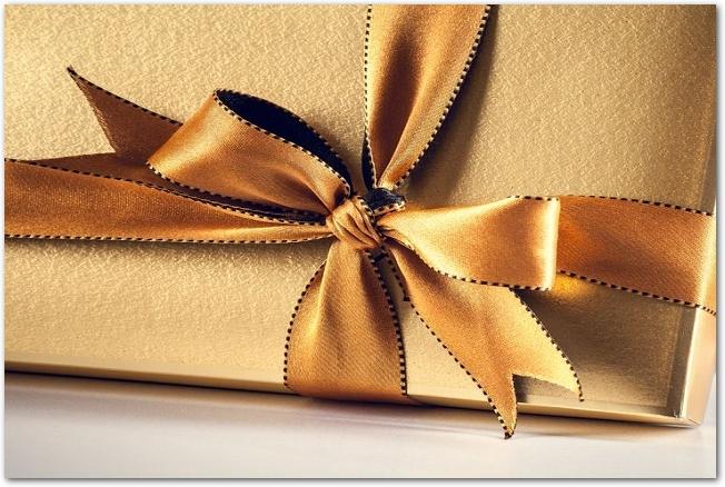 落ち着いた金色のリボンとラッピングが施されたプレゼント