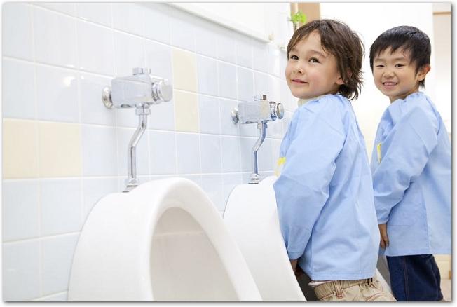男子トイレで立っておしっこをしている男の子の様子