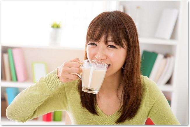豆乳を飲んでいる若い女性の様子