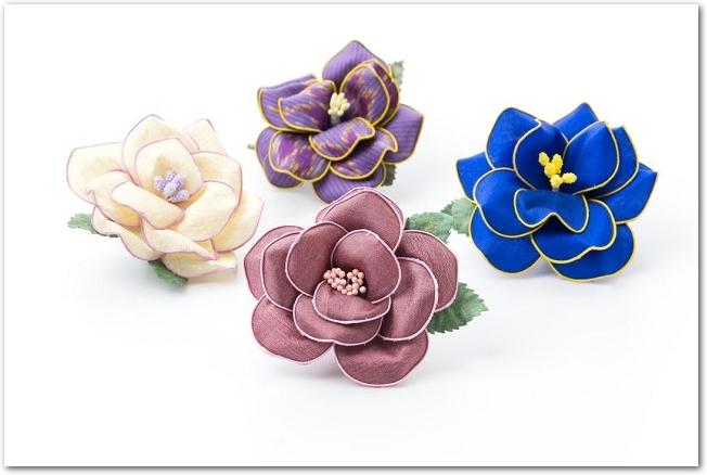 白背景に置かれた4つの花のコサージュ