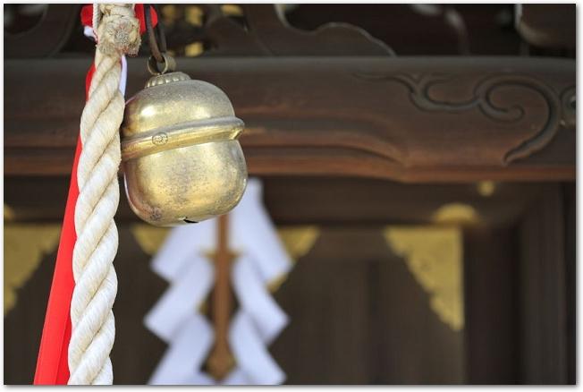 神社の本殿前にある紅白の紐のついた鈴