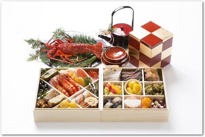 枡かけと市松に仕切られたおせち料理の入った重箱