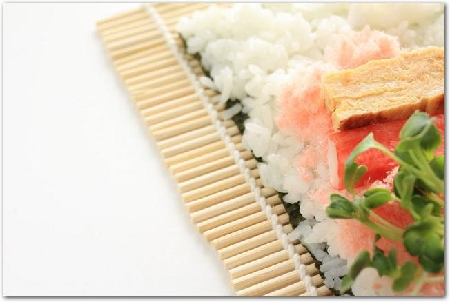 巻きすの上に巻き寿司の材料が乗っている様子