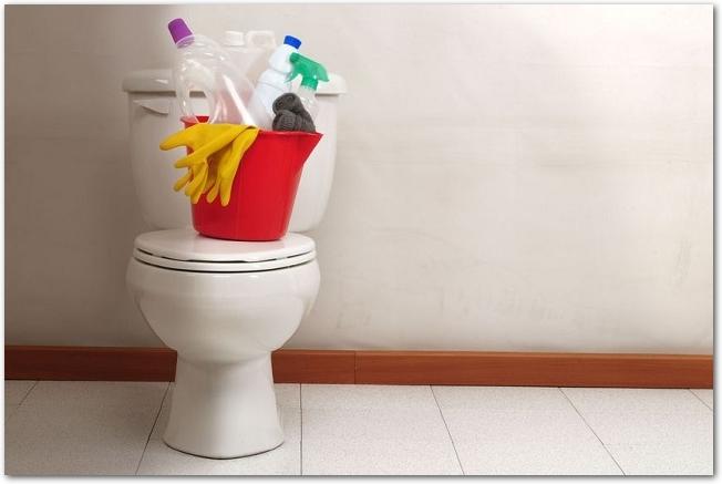 トイレのふたの上に掃除用具が置いてある様子