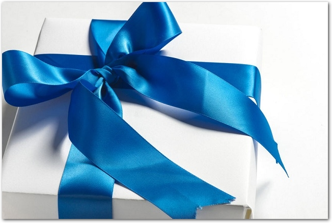 青いリボンのかけられた白いプレゼント