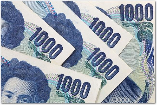 5枚の千円札の額面部分のアップ