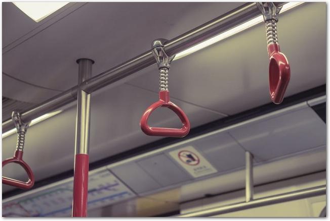 バスの車内にある赤いつり革
