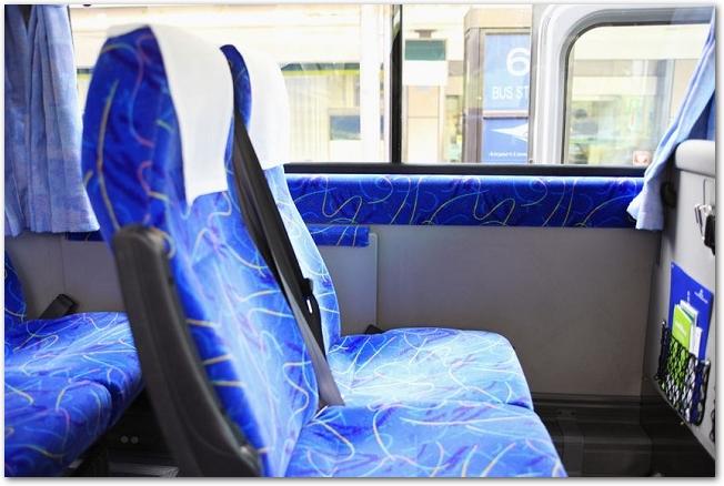 バスの座席を通路側から見た様子