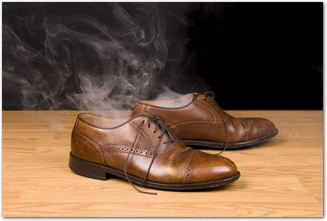 茶色の革靴から湯気が出ている様子