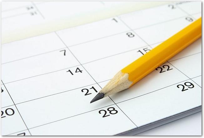 マンスリーカレンダーと黄色の鉛筆