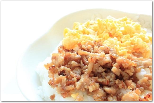 ご飯の上に鶏そぼろと炒り卵が乗っている様子