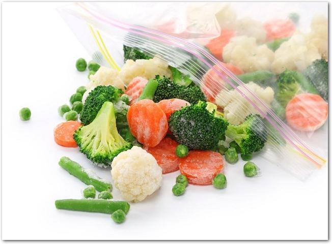 密閉保存袋で冷凍された人参やブロッコリーなどの野菜