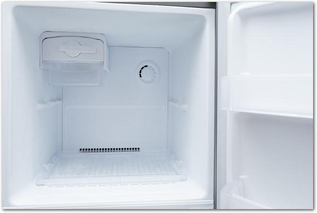 空の冷凍庫のドアが開いている様子