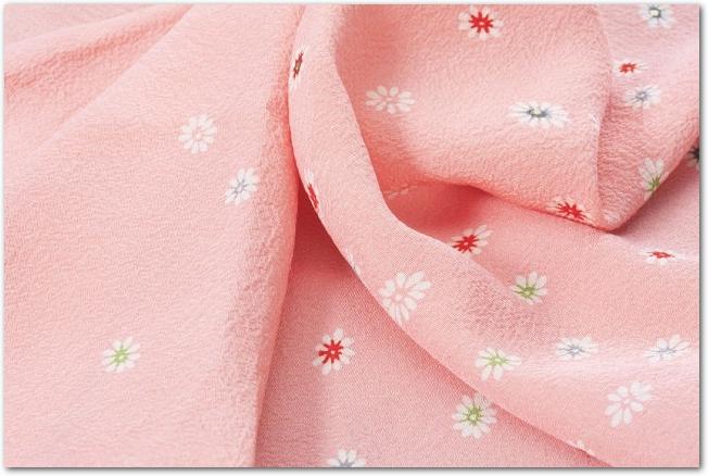 ピンクの和柄の布のドレープ